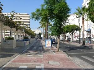 Väg mellan torg och marina Puerto Banus